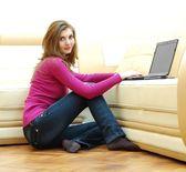 Hermosa joven trabajando en un ordenador portátil — Foto de Stock