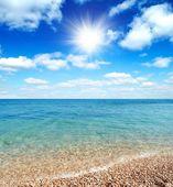 Belle plage et des vagues de mer clair chaud — Photo