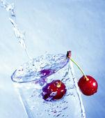 在水中的樱桃. — 图库照片