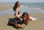 Chica y rottweiler — Foto de Stock