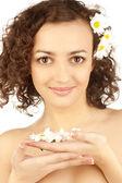 Bella mujer con flor de manzanilla — Foto de Stock