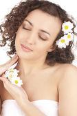 Mulher bonita com flores de camomila — Foto Stock