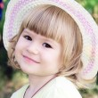 Smiling girl on the meadow looking right at camera — Stockfoto