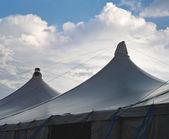 Carpas de circo con cúmulos — Foto de Stock