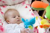 Bebek oyuncakları ile oynarken — Stok fotoğraf