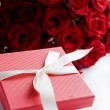 Gift box and roses - Stockfoto