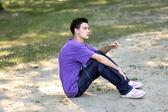 タバコとライラック シャツの若い男 — ストック写真