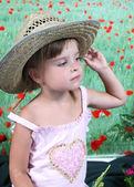 Retrato de una chica hermosa con un sombrero de paja — Foto de Stock