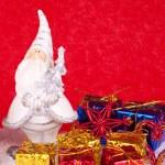 Figura de cerâmica Santa sobre fundo vermelho — Foto Stock