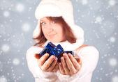 Witte sneeuwkoningin een geschenk geven — Stockfoto