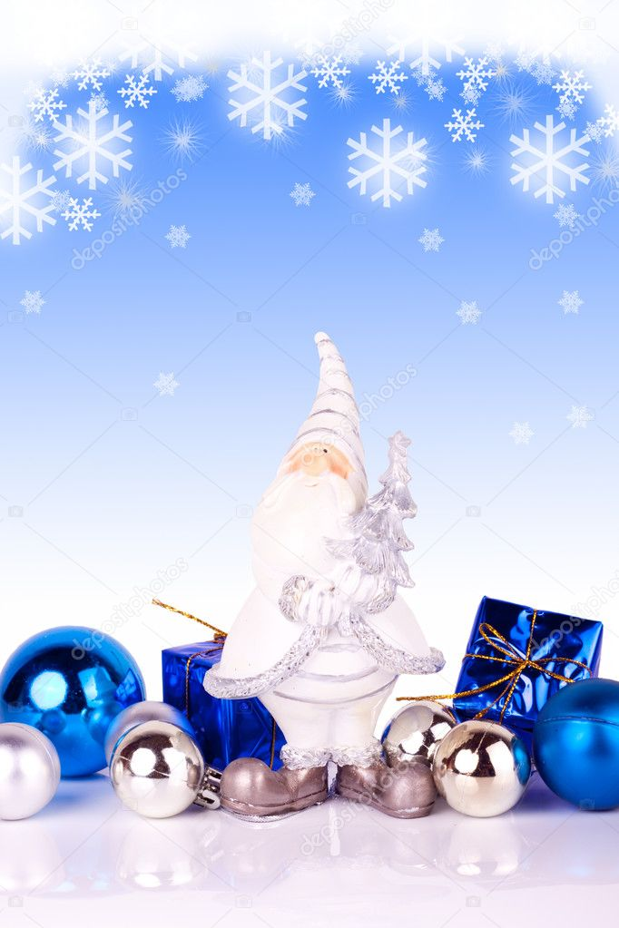 Cute santa claus figure with christmas balls on gradiant background with snowflakes — Stock Photo #2834119