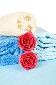 Toalhas, rosas e bucha — Foto Stock