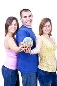 Drei studenten globus holding — Stockfoto