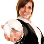 donna tenendo il globo in mano — Foto Stock