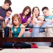 Groupe d'adolescentes avec des téléphones cellulaires — Photo