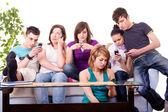Nastolatki - mobilne mania — Zdjęcie stockowe