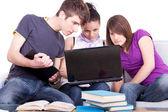 Le travail sur les ordinateurs portables étudiants — Photo