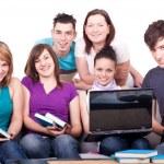 Skupina mladých teenagerů — Stock fotografie