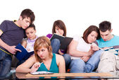 Klasgenoten samen studeren — Stockfoto