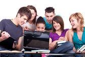 Groupe d'étudiants avec ordinateur portable — Photo