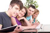 Manlig student studerar med sina klasskamrater — Stockfoto