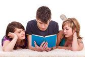 Tonåringar läser en bok — Stockfoto