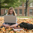 Student studying outdoors — Stockfoto
