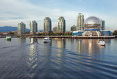 Vancouver science world skyline från vattnet false creek — Stockfoto