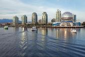 Vancouver věda svět panorama z vody, false creek — Stock fotografie