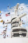 Mástil de equipos electrónicos en un crucero — Foto de Stock