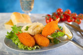 Fried crab claw and squid rings — Stockfoto