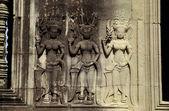 Mujeres bailando grabado en pared de angkor — Foto de Stock