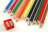 Sacapuntas y lápices de colores — Foto de Stock
