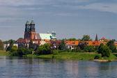 Fluss und einer kathedrale kirche — Stockfoto