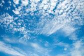Bleu ciel et beaucoup de petits nuages — Photo