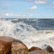 The waves breaking on a stony beach — Stockfoto
