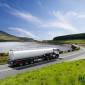 Um caminhão-tanque combustível grande — Foto Stock