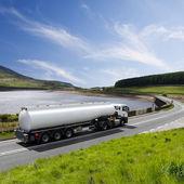 Un camión cisterna de combustible grande — Foto de Stock