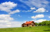 蓝蓝的天空上的新房子 — 图库照片