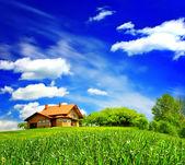 Nieuw huis op bewolkte hemel — Stockfoto