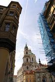 ストリートとプラハの教会 — ストック写真