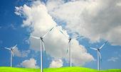 Moinhos de vento contra um céu azul — Foto Stock