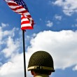 Foto Stock: Soldier and American flag