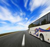 Tourbus met motion blur — Stockfoto