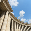 Famous colonnade of St. Peter's Basilica in Vatican — Stock Photo
