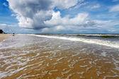 Zee golven en dramatische wolken — Stockfoto