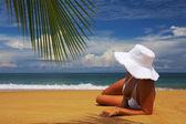 海滩上的女人 — 图库照片