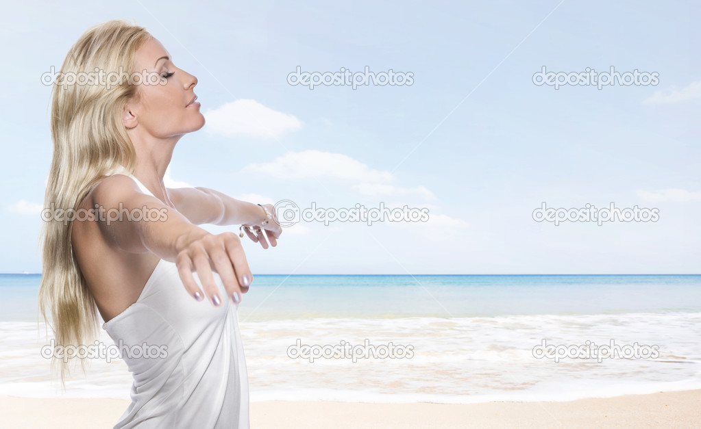 Portrait of young attractive woman having good time  on the beach — Stock Photo #3001943
