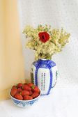 Still life with strawberries and flowers — Stock Photo