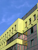 Nya gula byggnaden på blå himmel — Stockfoto